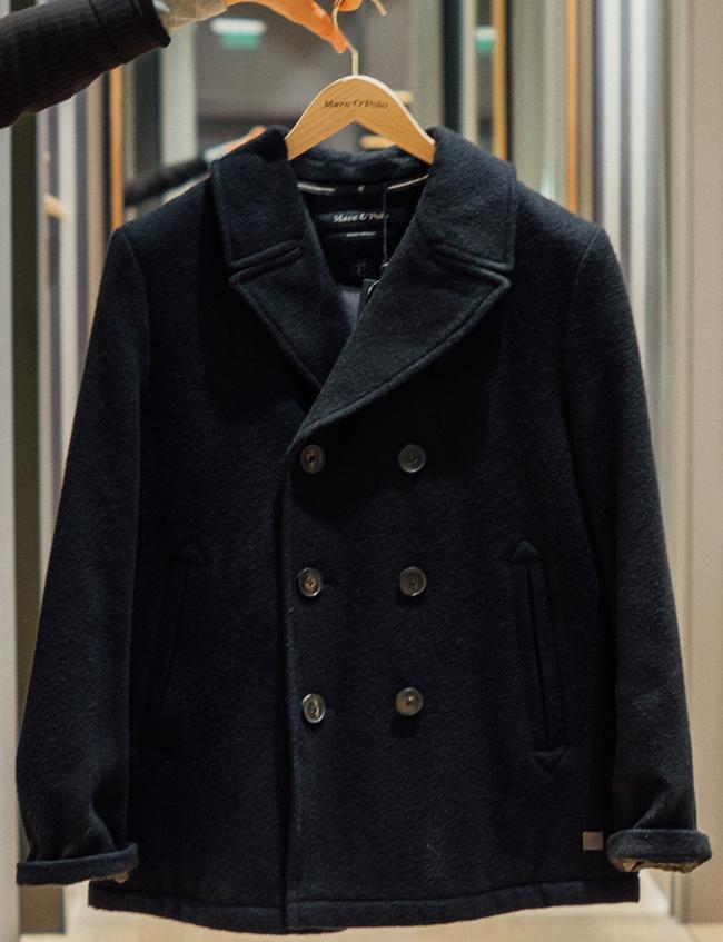 Мъжко палто MarcO Polo, стара цена: 599.95 лв; нова цена: 259.95 лв. Тъмносиньо, с така модерното точно сега двуредно закопчаване, за мъжа, с когото искаме да вървим под ръка.