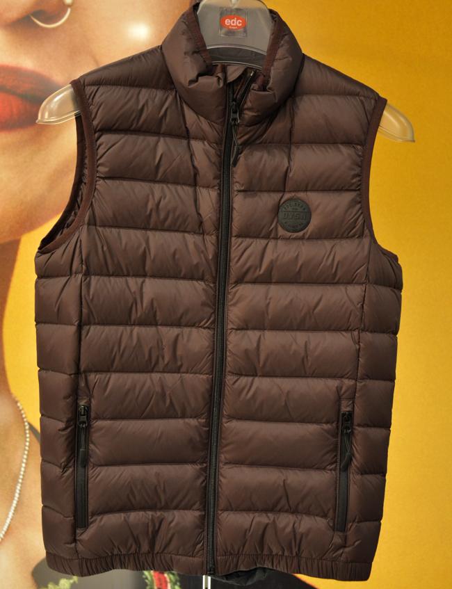 Жилетка Esprit, стара цена: 119 лв.; нова цена: 59 лв. Вече е повече от необходима в един мъжки гардероб, не само защото я носят най-жестоките мъже на улицата, но и заради наистина готиния й ефект, облечена на мъж, който определено знае как!
