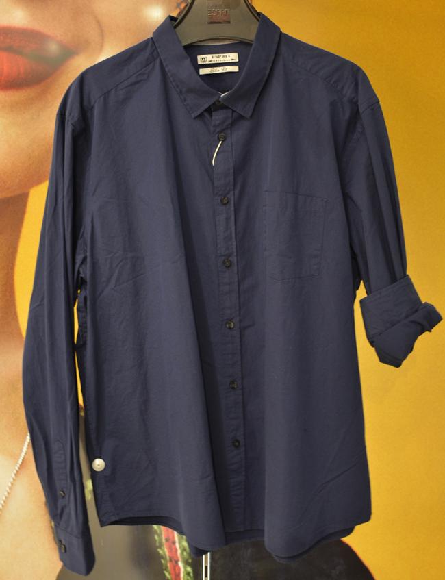 Мъжка риза Esprit, стара цена: 79 лв.; нова цена: 39 лв. Всеки мъж има нужда от нея, просто този път няма да е бяла, а в цвят navy blue.