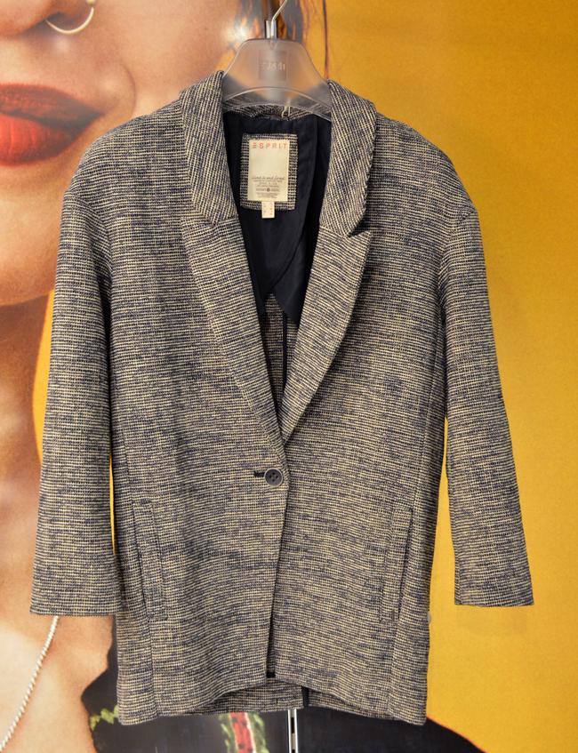 Сако Esprit, стара цена: 199 лв, нова цена: 99 лв. Причината да имаме още едно сако е, че пролетта това ще е най-обличаната дреха. Идеална да влезем с нея и в новата есен.
