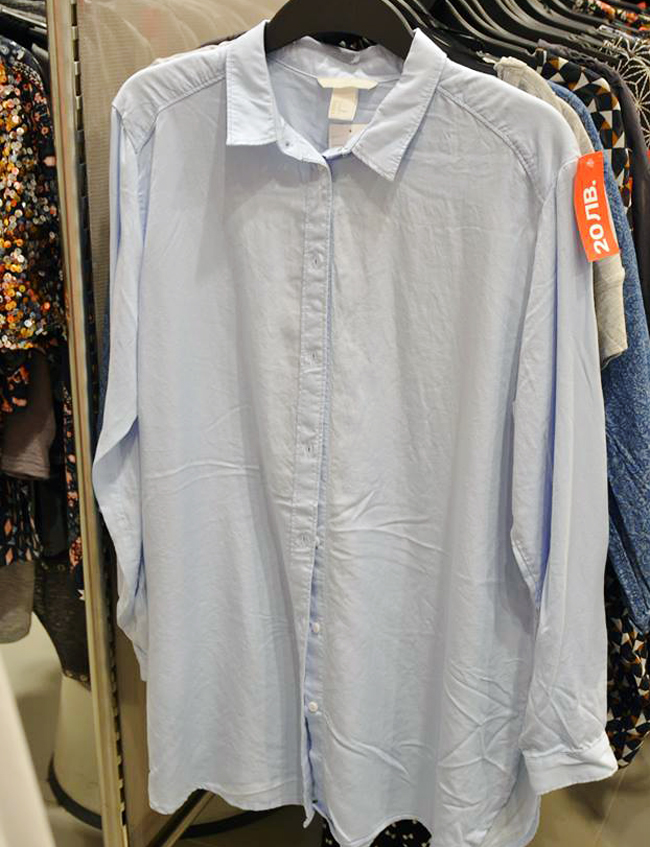 Риза H&M, стара цена:стара цена: 34,99 лв, нова цена: 20 лв. Дълга памучна риза за дълги лежерни разходки в светлата част на деня. Затова я избрахме в небесното синьо.