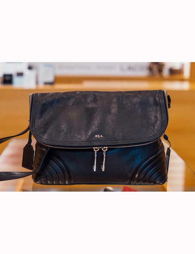 Чанта с дълга дръжкаLauren by Ralph Lauren, магазин Scandal, стара цена: 859 лв.; нова цена: 601 лв. Перфектната градска чанта за малко рок звучене в мелодичния ни всекидневен стил.