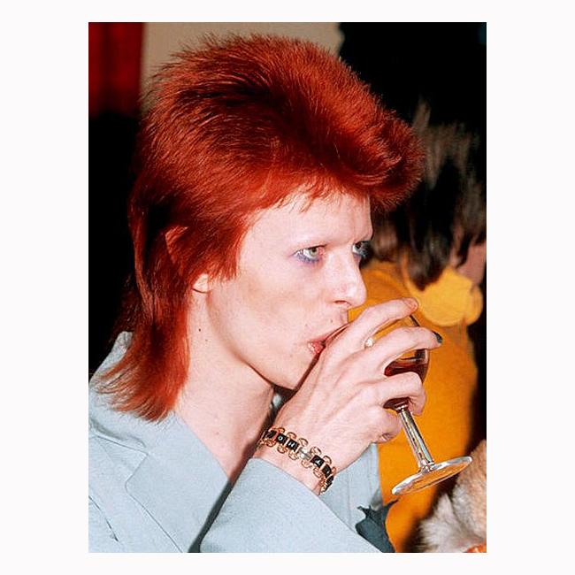70-те  Косата, сенките, светлият костюм и дори жестът, с който отпива от чашата са запазена марка на Бауи.