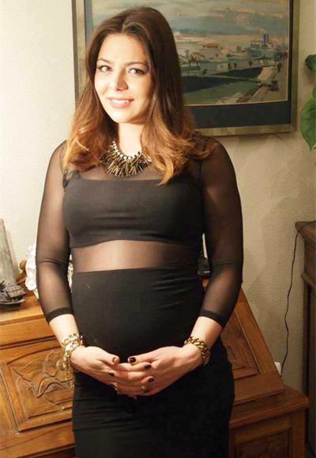 Хубавата репортерка на БНТ 2 Карина Караньотова ще става майка в края на април. Тя очаква момче от дългогодишния си приятел Васил Петров. Карина е внучка на актрисата Славка Славова и дъщеря на Ивайло Караньотов - съпруга на Аня Пенчева.