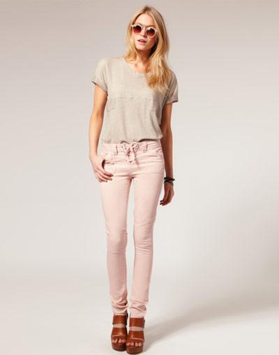 По-светло Избеленият деним изглежда свежо за пролетта. Светлите джинси стоят страхотно с блуза в светъл цвят, затова ги комбинирай с топ в кремаво и високи сандали.