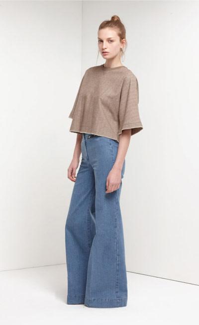 Шик от 70-те Моделът характерен за този период е чарлстонът. Така е, широките джинси се върнаха. Носи ги на високи до небето платформи и с прилепнала блуза.