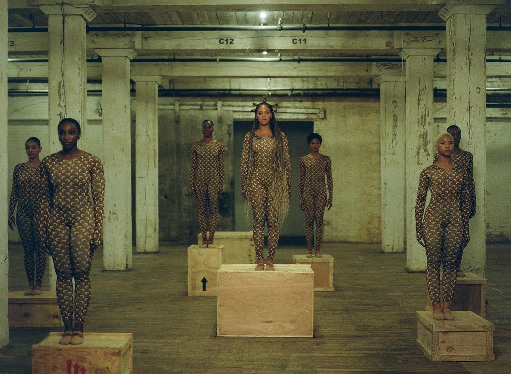 """Бионсе Тя е the ultimate trend setter; след като облече себе си и танцьорките в бодитата на Marine Serre за клипа на """"Already"""", брандът достигна нови висоти и бодито се превърна в емблематичната визия на """"Black Is King"""". Но за Queen B това е напълно нормално и в реда на нещата."""
