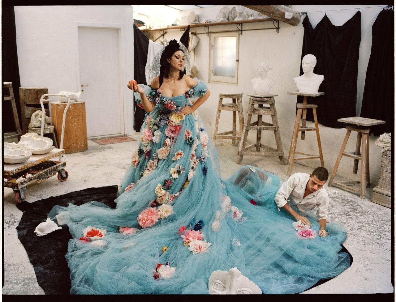 Моника Белучи  Моника в специална сесия, посветена на колекцията Висша мода на Dolce&Gabbana. Eдна дума за тази визия - божествена.
