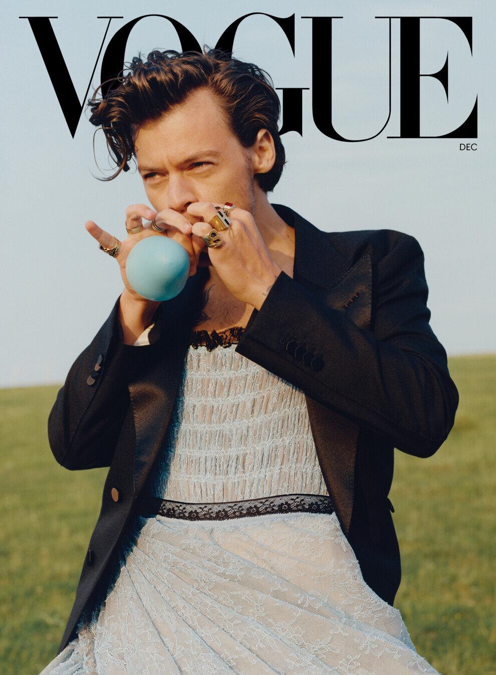 Хари Стайлс Не можем да не споменем корицата на Хари за Vogue. Британският певец създаде история, като стана първият мъж в 128-годишната история на изданието и то в рокля Gucci.