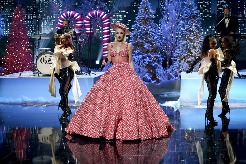 """Гуен Стефани Американската певица ВИНАГИ е добре облечена. На """"светването"""" на елхата в Rockefeller Center, Гуен се появи в огромна червено-бяла mint candy рокля на Christian Siriano, съчетана със сладка болеро шапка - fantastique!"""