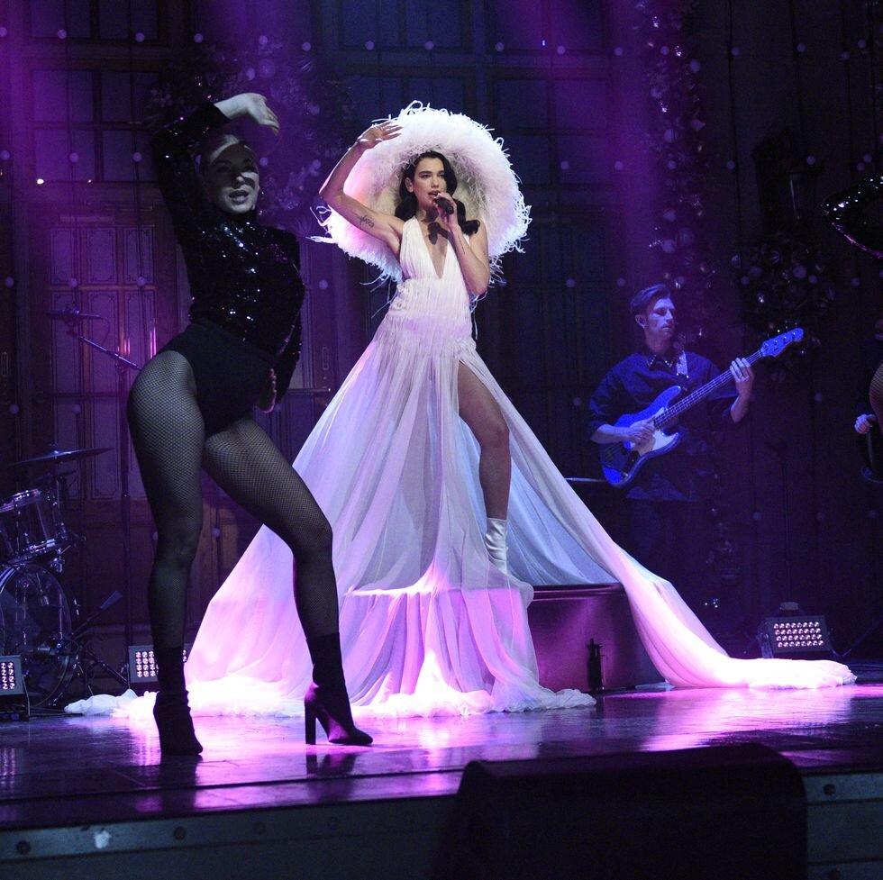 """Дуа Липа След като я видяхме в Mugler за музикалния спектакъл в Studio 2054, британската певица отново ни впечатли с модните си решения за гостуването си в SNL. Дуа """"левитира"""" на сцената облечена в хипнотизиращ Haute Couture дизайн от Valentino Есен 2020, изпълнявайки песента си """"Levitating"""" - вдъхновяващо и красиво."""