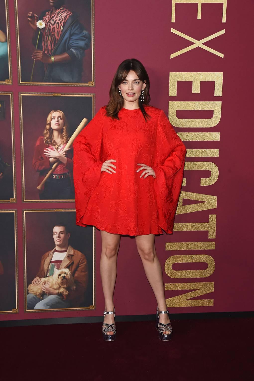 Ема Макей Облечена в Stella McCartney за премиерата на 2-ри сезон на Sex Education.