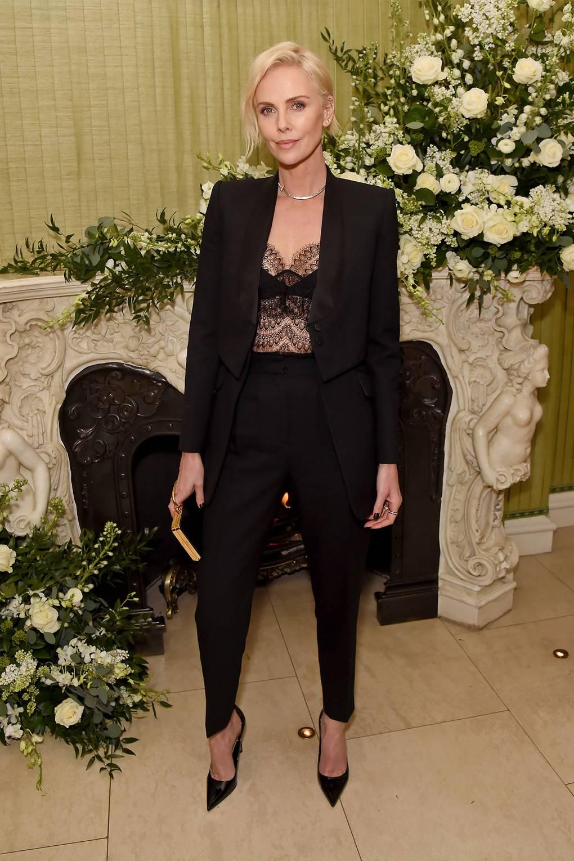 Чарлиз Терон В костюм Alexander McQuee за Fashion and Film партито на британския Vogue и Tiffany & Co.