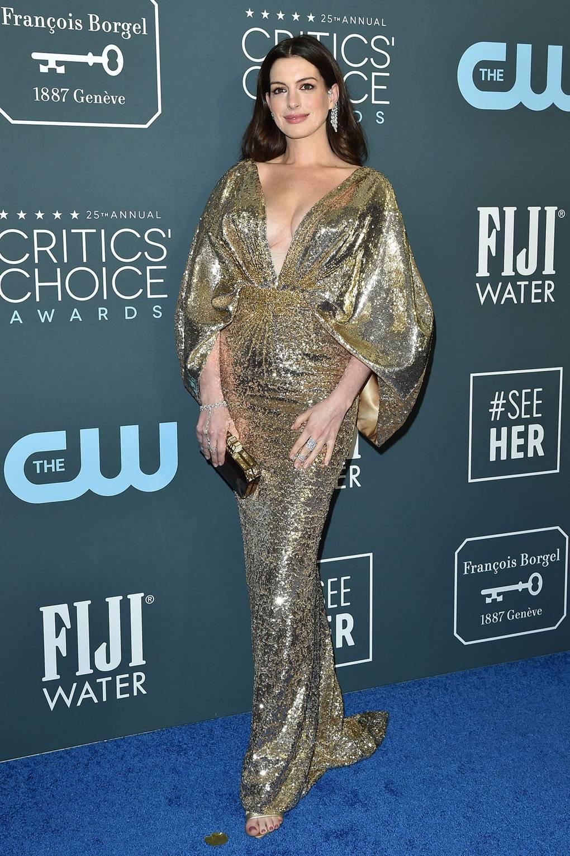 """Ан Хатауей Облечена в Atelier Swarovski и Messika Jewellery на американските награди """"Изборът на критиците""""."""