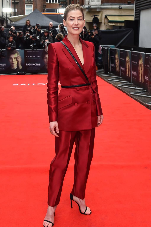 Розамунд Пайк Облечена в Alexander McQueen на премиерата на Radioactive.