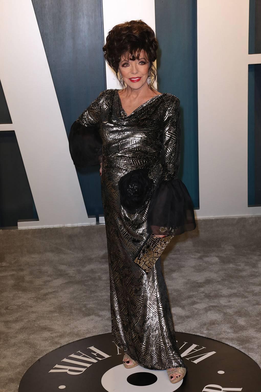 Джоан Колинс В рокля Jackie Palmer за Vanity Fair партито на тазгодишните Награди Оскар.