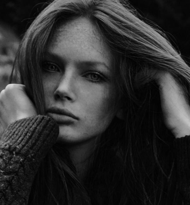 Деси Савова   Една от финалистките в последния конкурс на Ivet Fashion Top Model. С рядко срещана красота, дълги рижи коси и очарователни лунички. Обичаме красивите млади лица на България! Нека са повече!