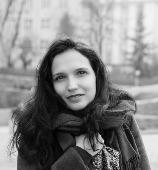 """Ева Кънева  Красивата българка е провъзгласена за най-добрия млад преводач на скандинавска литература в света. На 30 години с над 30 преведени книги от норвежки, шведски и датски на български език, Ева Кънева се """"запалва"""" по превода, след като завършва """"Скандинавистика"""". Отдадеността ù към това, което прави, е възхитителна, а страстта ù  към литературата й придава допълнителено очарование. Браво за големия успех!"""