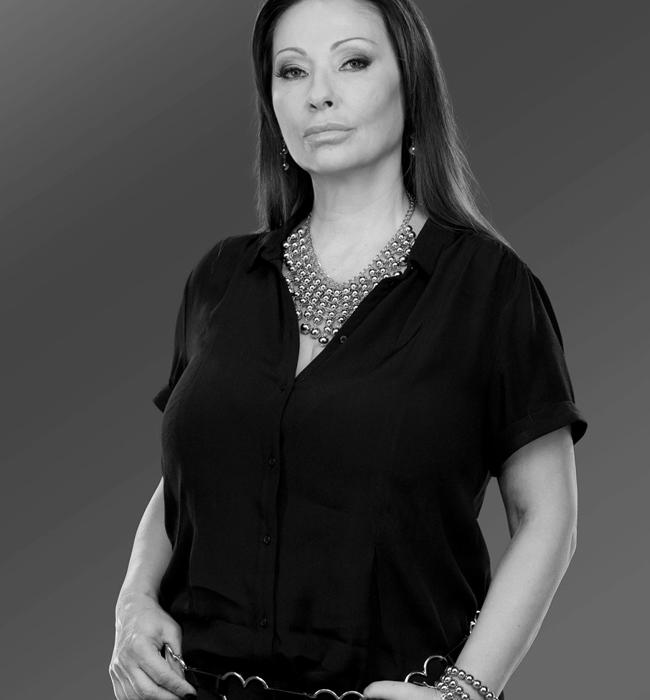 """Катя Михайлова/Катя от Ритон   Хубавата Катя от дует """"Ритон"""" винаги е показвала страстен темперамент, женски чар и обаяние. Независимо дали я виждаме в спокойна или по-екстремна и напрегната ситуация, Катя винаги съумява да запази самообладание или да превъзмогне проблема с лекота. За близо 40-годишния й брак със Здравко и чудесните им взаимоотношения, великолепната женска устойчивост и неподправен сексапил, едно голямо браво от нас!"""