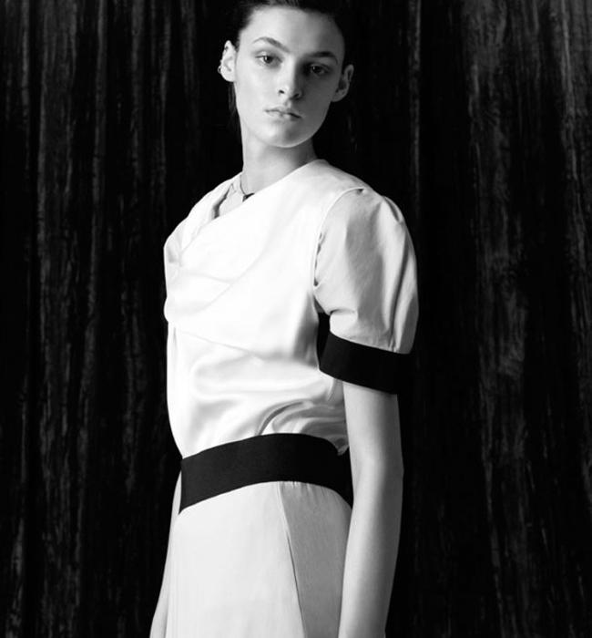 """Кремена Оташлийска  Видяхме я отново в топ листата на Карл Лагерфелд за Chanel Metiers d'Art 2016, където нашата Кремена дефилира сред наистина """"богоизбраните"""" модели, селектирани лично от Маестрото. Любима е още наBalenciaga, Valentino, Louis Vuitton, а успехът й расте феноменално всеки сезон. Дължи го на особено красивото си лице, изразителните вежди и безспорния професионализъм."""