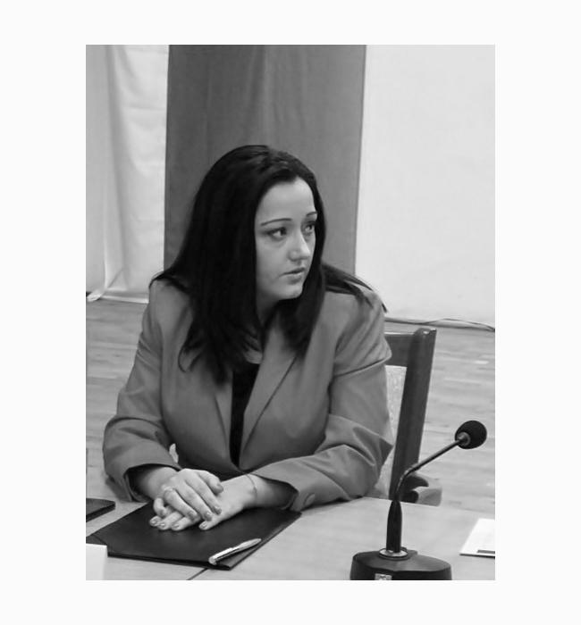 """Лиляна Павлова  Чаровна, фотогенична, елегантна, министър Лиляна Павлова е навсякъде, където има проблем, но въпреки натоварения си график винаги съумява да поддържа безупречен вид с умерен грим и добра прическа. """"Мъжкото"""" й поведение и добрият тон по време на критични ситуации я поставят в челната тройка с най-одобряваните министри, а хубавото й лице и женското обаяние са един допълнителен мотив да я поствим в нашата 50-тица красиви българи за 2015-та."""