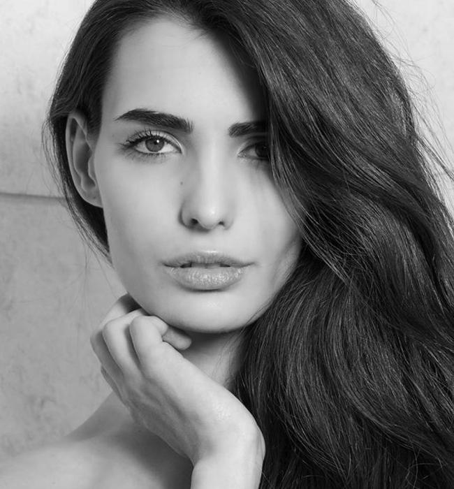 """Михаела Бориславова   Момичето със средиземноморска хубост грабна наградата за """"Модел на 2015"""" и вече скита по света в търсене на нови усещания и кариера. И всичко заради тези страстни устни, тези плътни вежди, тази великолепна дълга коса."""