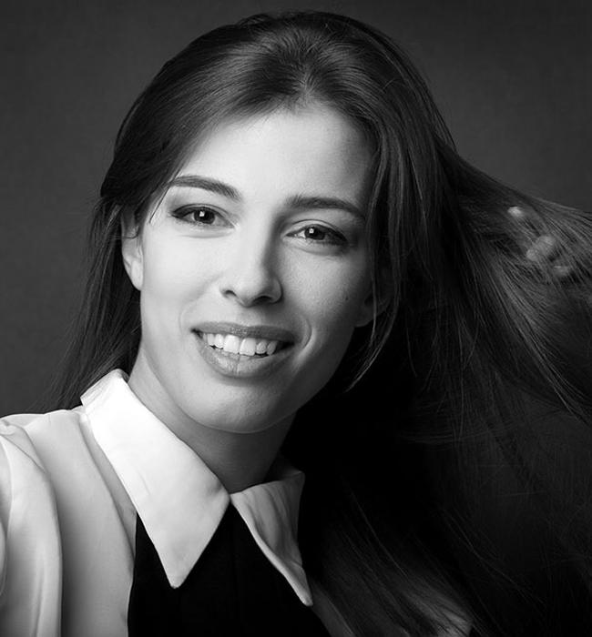 """Радина Думанян  Младата, красива и талантлива актриса е сред новите лица на българския театър и за 2015-та получи номинация """"Икар"""" за """"Дебют"""" за ролята на Матилда в """"Чиста къща"""" и още една - """"Аскеер"""" за Изгряваща звезда за същата роля. Запомняш я моментално с тези много характерни черти, хубава добронамерена усмивка с блестящи бели зъби и черни като маслини очи."""
