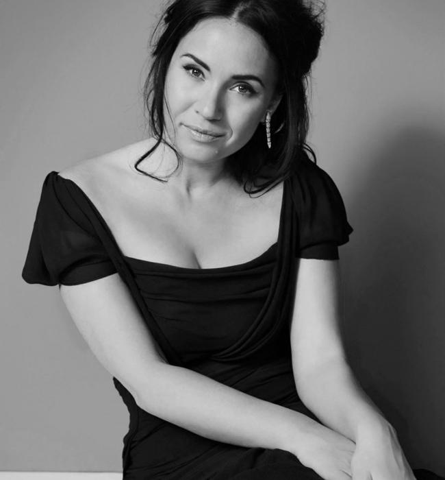 """Соня Йончева  Сопраното Соня Йончева препълни зала """"България"""" с концерта си през април, а през септември откри новия сезон на """"Метрополитен опера"""" в Ню Йорк като Дездемона в """"Отело"""". Наричат я новата Кралица на операта, а тази година към другите си успехи прибави и албум, който нарича Paris, Mon Amour. Глас и красота, с които се гордеем!"""