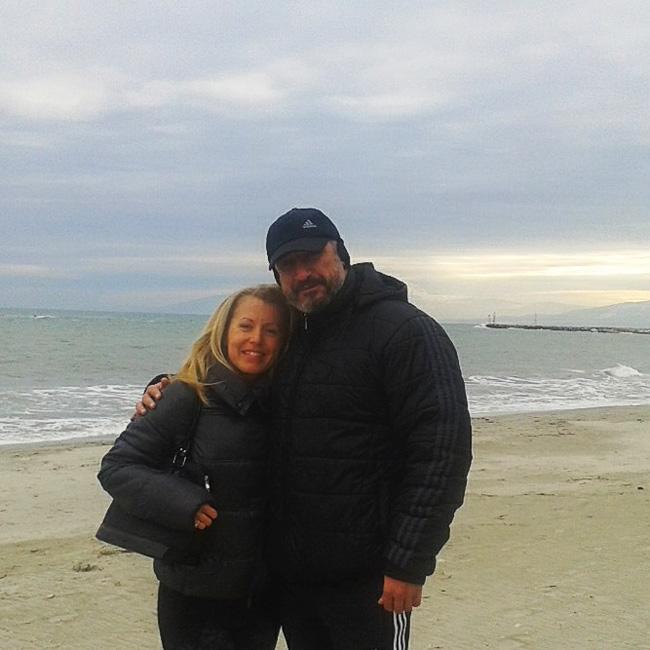 Кирил Ефремов реши да се отдаде на семейството си по време на празниците, а навръх Нова година заедно със съпругата си Ели също избраха вкуса на морето, само че на родната ни съседка Гърция.Къртицата и красивата му половинка запечатаха романтичното изживяване със снимка от плажа на Паралия.