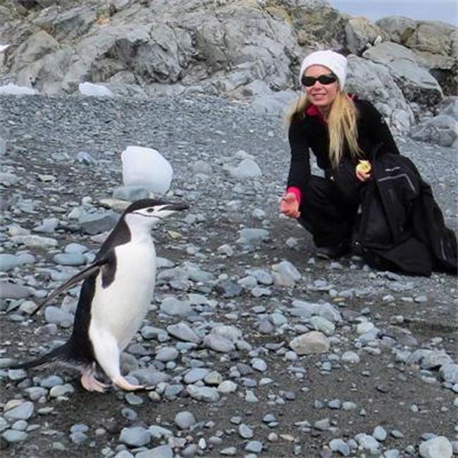 Писателката Людмила Филипова посрещна нова година с екипа на проф. Христо Пимпирев в Антарктида. Още преди заминаването си за Ледения континент тя обясни, че събира данни за книга. Но сега вече издава и че към нея ще има не само много снимки, а и видео и звук.