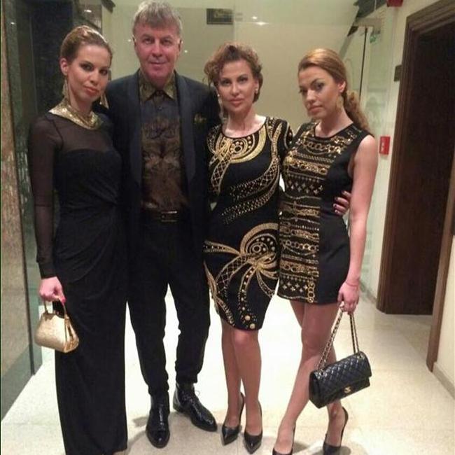 Семейство Сиракови избра да посрещне новата година заедно. Илияна, Наско и дъщерите им Славея и Виолета имаха дрескод за празника - всички бяха облечени в черно и златисто, като Илиана и Славея носеха почти еднакви рокли на тържеството.