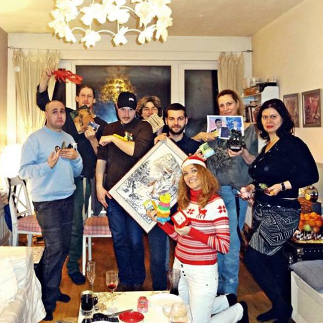 Ваня Щерева и приятелите й ознаменуваха Новата година с нестандартно решение. Навръх празника те си размениха грозни подаръци, кой от кой по-оригинален, като този на писателката бе под формата на картина с образа на Веселин Маринов.