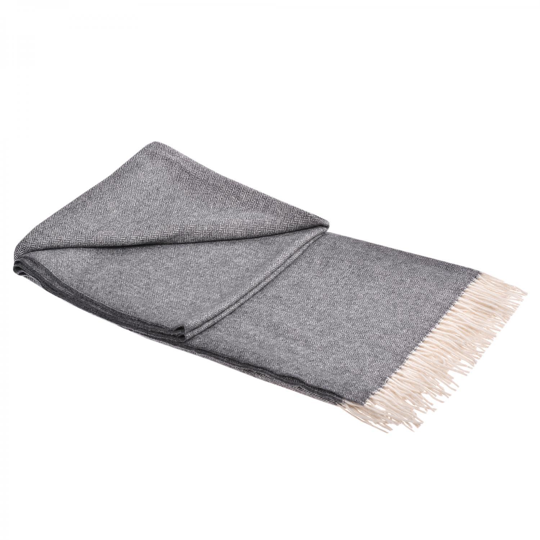 Одеяло от фина вълна и кашмир 99 лв. odeala.bg 140/200 см. В състава на одеялото влизат 90% фина вълна и 10% кашмир, които са в състояние да приспят и стоплят само с поглед. Освен есенциалните за всяко одеяло качества, сивото кашмирено изделие носи и допълнителна стойност за всеки дом - играе ролята на отличен интериорен аксесоар, а олекотеният дизайн се отличава с високо качество и специфичност на модела.Избираме измежду неутралната гама на бежово и два тона сиво, докато открием своето