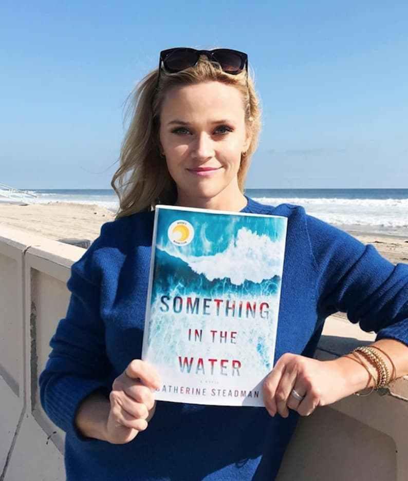 """Рийз Уидърспуун За миналия месец актрисата избра да чете Something in the Water на Катрин Стедман и както сама се изрази """"този психологически трилър ме грабна от страница едно"""""""