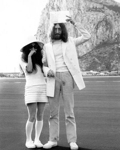 В разгара на хипи движението, Йоко Оно предпочита удобен нестандартен вариант за женитбата с Джон Ленън, 1979 година.