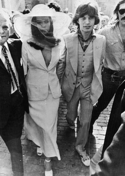 Бианка е бременна в четвъртия месец, когато с Мик Джагър сключват брак през септември, 1970 година. Костюмът от две части с предизвикателно деколте и красива шапка е изключително стилен избор за сватбата.
