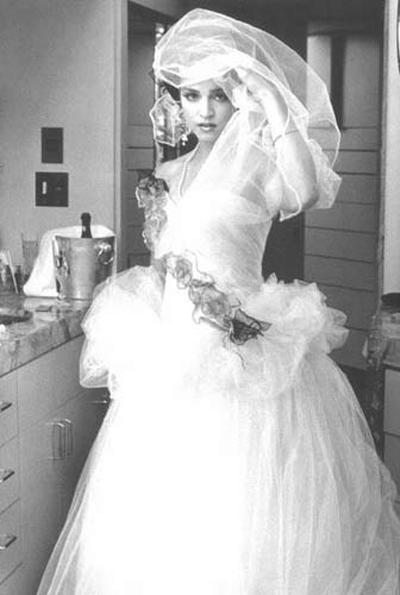 Мадона избира огромна бална рокля за сключване на брака си с актьора Шон Пен през 1985 година.