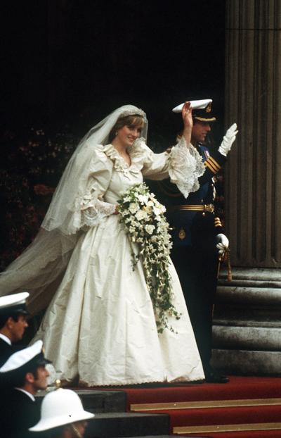 Принцеса Даяна почти се губи в огромните ръкави, дипли и дълъг шлейф на сватбената си рокля.