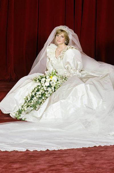 Незабравимата принцеса Даяна и нейната по кралски помпозна рокля, с която сключва брак с принц Чарлз през 1981 година.