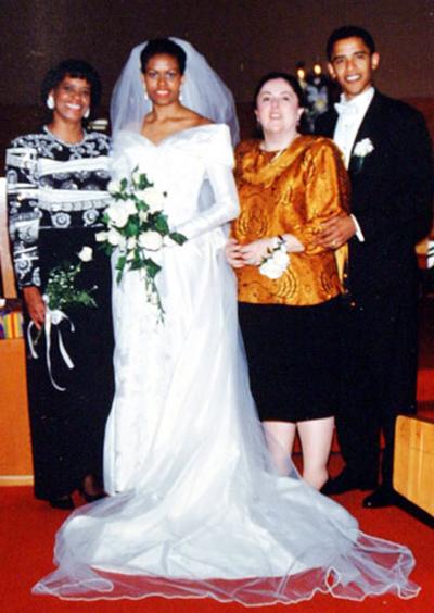 Мишел Обама сключва брак със сегашния президент на САЩ - Барак Обама в красива рокля с лодка деколте, през 1992 година.