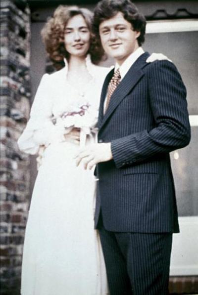 Хилари и Бил Клинтън се женят през 1975 година, като нейният избор е романтичен и изчистен тоалет.
