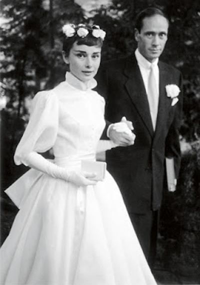 Актрисата Одри Хепбърн в семпла малка рокля на първия си брак през 1954 година.