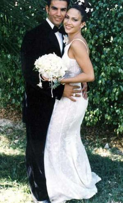 Първият брак на Дженифър Лопез не е особено дълготраен, но пък за сметка на това тоалетът й предизвиква въздишки и до днес, 1997 година.