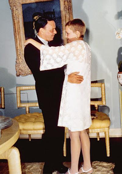 Миа Фароу подчертава крехката си фигура с романтична мини рокля и дантелени ръкави.