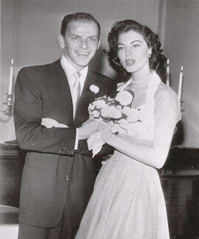 Чаровният певец Франк Синатра не устоява на красавицата Ава Гарднър и двамата сключват брак през 1951 година. Тя е със семпла, двуцветна рокля, която само подчертава грацията й.