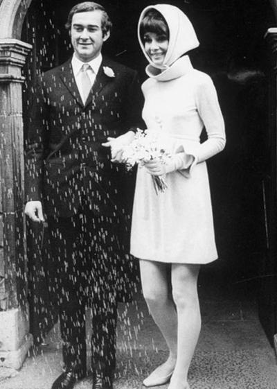 Втората сватба на Одри Хепбърн, през 1969 година, на която тя отново залага на къса дължина в роклята , но този път без обем.