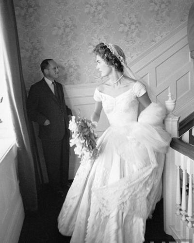 Жаклин Кенеди с брилянтна рокля за сватбата си с американския президент Джон Кенеди, септември, 1953 година.