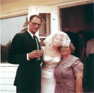 Модната икона и вечен сексимвол Мерилин Монро избира сатенена изчистена рокля за брака си с драматурга Артър Милър през 1956 година.