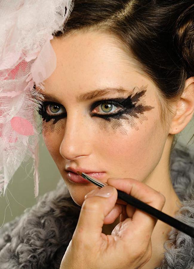 Chanel Couture, spring 2013Надали друг, освен грим-магьосник като Питър Филипс би могъл да постигне този съвършен опушен грим,