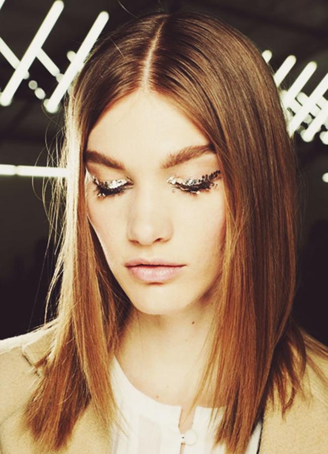 Chanel, fall 2013Отново Питър Филипс, гениалният Маестро, който този път решава линията на миглите да блести в най-любимите цветове - сиво и беж.